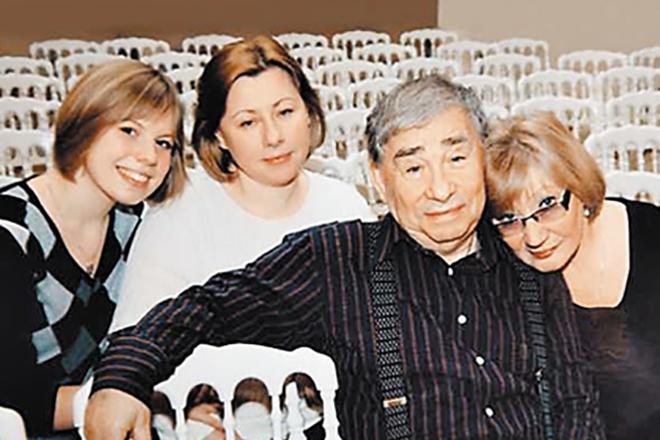Михаил Светин с женой, дочерью и внучкой
