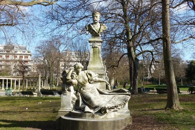 Памятник Ги де Мопассану
