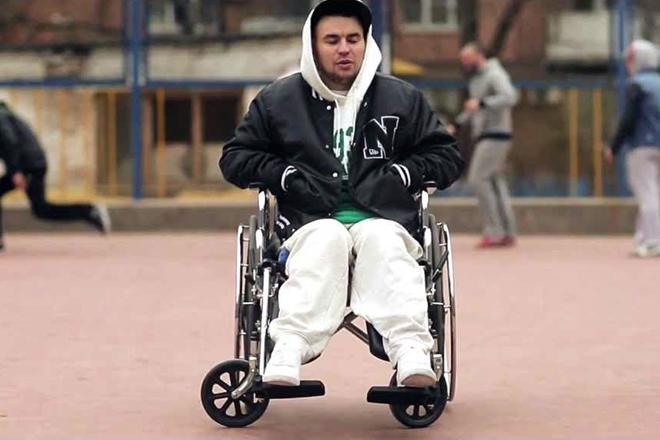 Рем Дигга в инвалидной коляске