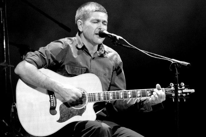 Александр Васильев с гитарой