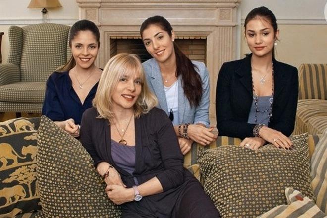 Анна Нахапетова с мамой и сестрами Марией и Анастасией