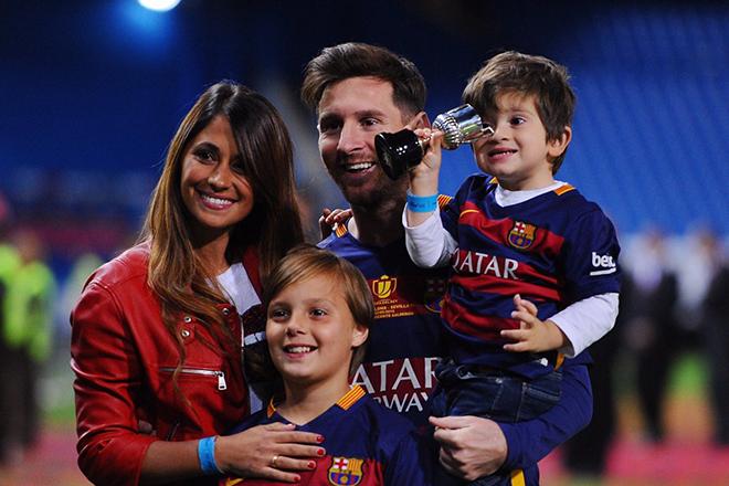 Антонелла Рокуццо и Лионель Месси с детьми