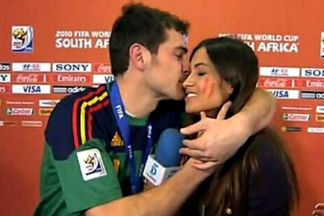 Поцелуй Икера Касильяса и девушки-корреспондента