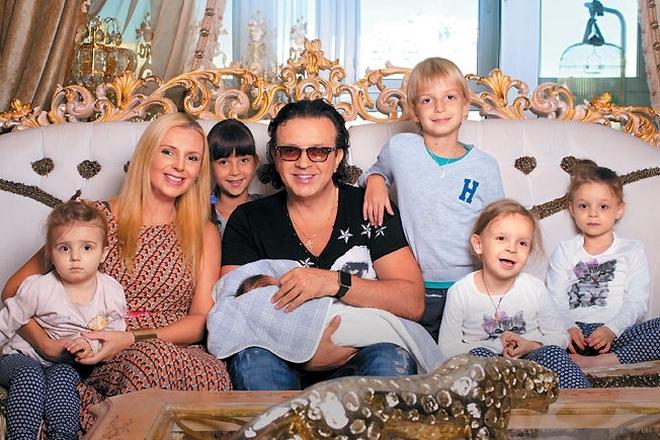Рома Жуков с семьей
