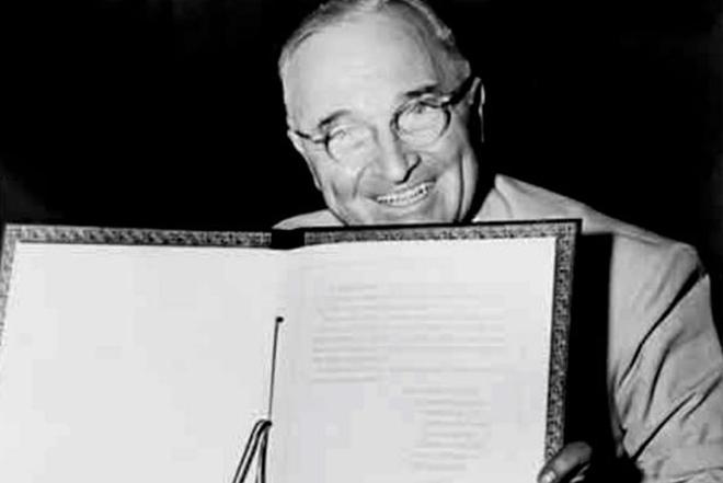 Гарри Трумэн подписывает документ о создании НАТО