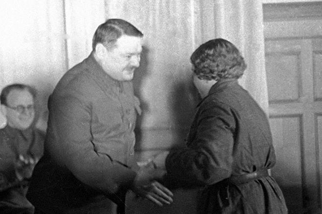 Андрей Жданов вручает награды защитникам Ленинграда, 1942 год