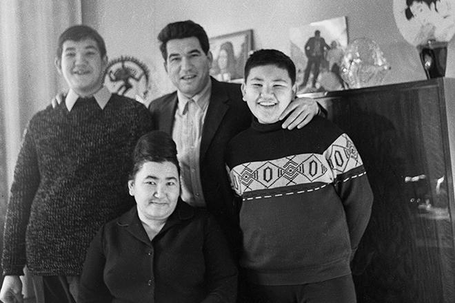Чингиз Айтматов с женой Керез, сыновьями Санжаром и Аскаром