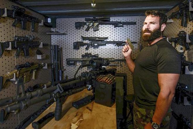 Дэн Билзерян любит оружие