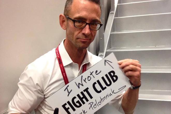 Чак Паланик с надписью «Я написал «Бойцовский клуб»