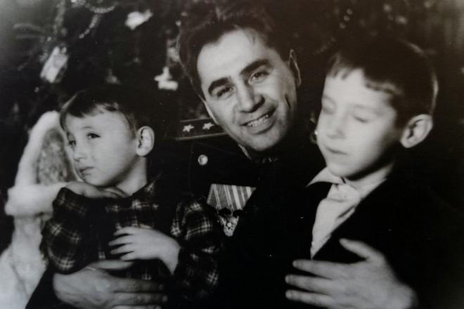 Павел Судоплатов с детьми