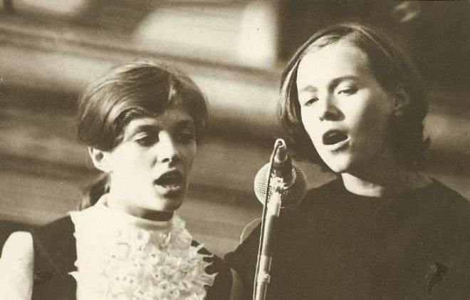Лайма Вайкуле (слева) в юности