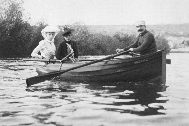 Ги де Мопассан на лодке