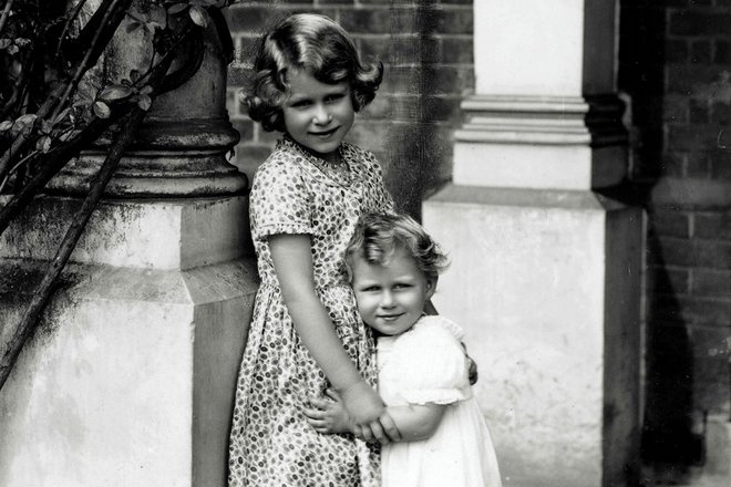 Елизавета II и принцесса Маргарет в детстве