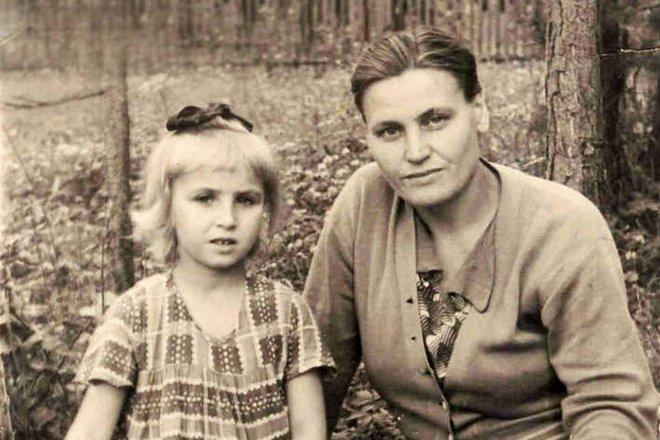 Галина Коньшина в детстве с мамой
