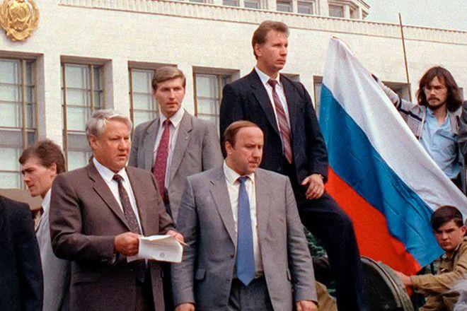 Борис Ельцин, Александр Коржаков и Виктор Золотов у Белого дома в августе 1991 года
