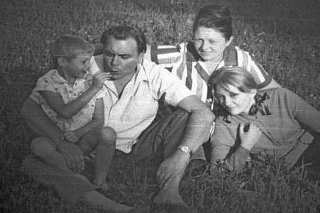 Евгений Матвеев с женой и детьми