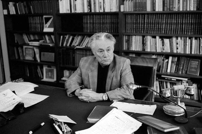 Юрий Нагибин в кабинете