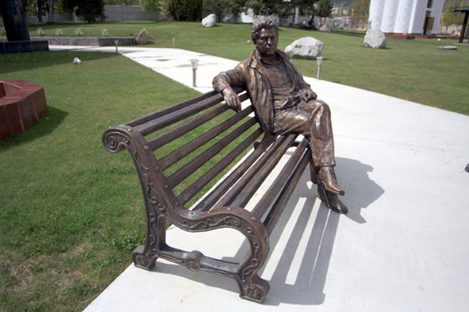 Памятник Чингиз Айтматову
