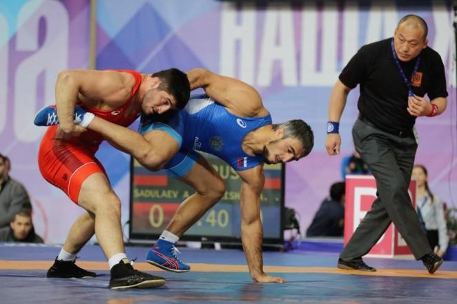 Абдулрашид Садулаев (в красном) на турнире «Иван Ярыгин»