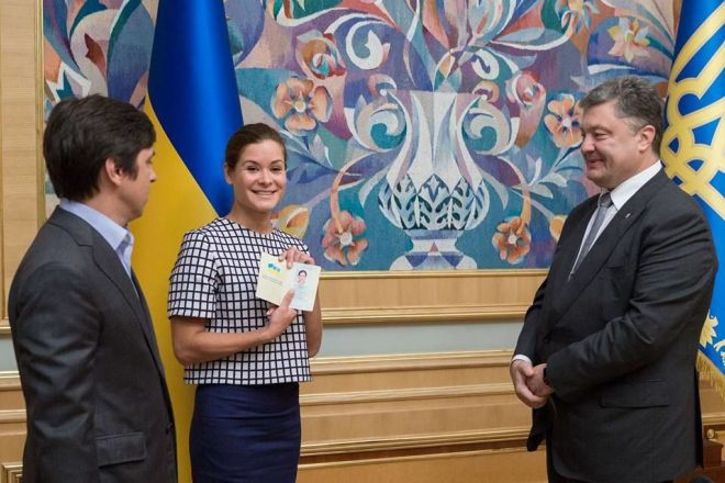 Президент Украины Петр Порошенко вручает Марии Гайдар паспорт гражданки Украины
