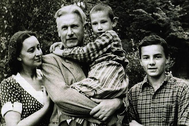 Александр Фадеев с семьей