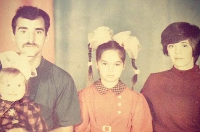 Юлия Ахмедова в детстве с семьей