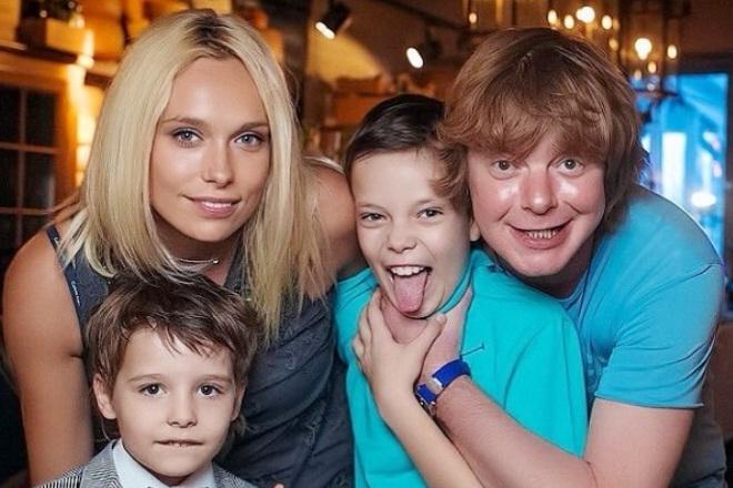 Андрей Григорьев-Аполлонов с женой и детьми