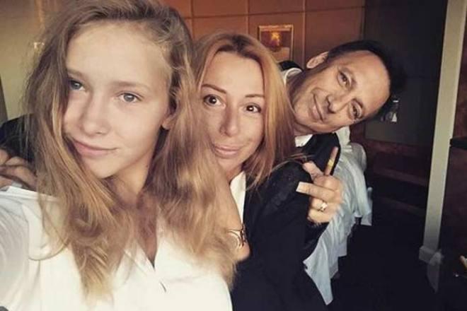 Алена Апина с мужем и дочерью