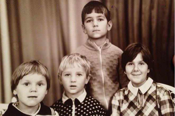 Дмитрий Сова в детстве (по средине)