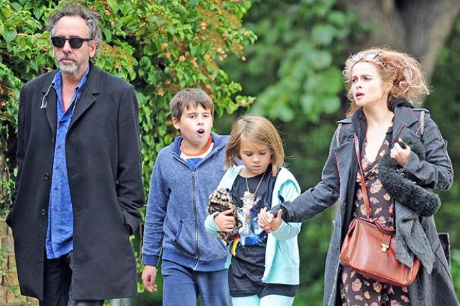 Хелена Бонем Картер и Тим Бертон с детьми