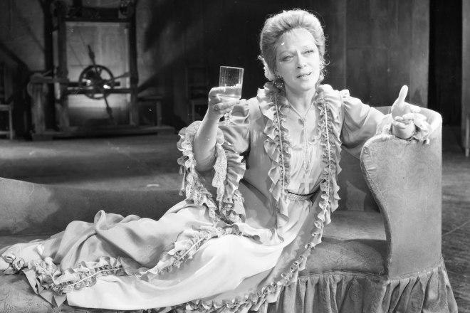 Алиса Фрейндлих в спектакле «Коварство и любовь»