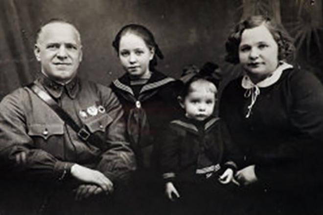Георгий Жуков с женой и детьми
