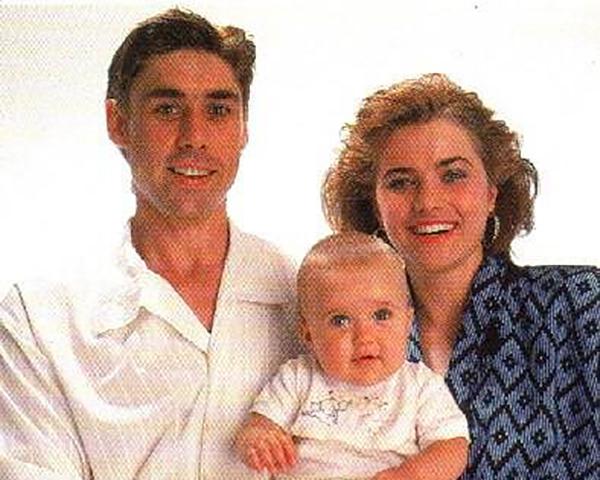 Люси Лоулесс, ее первый муж Гарт и их дочь Дэйзи