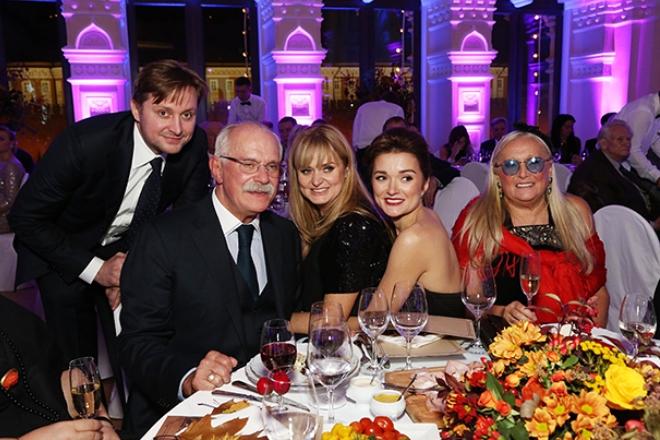 Никита Михалков с сыном Артемом, дочерьми Анной и Надеждой и супругой Татьяной