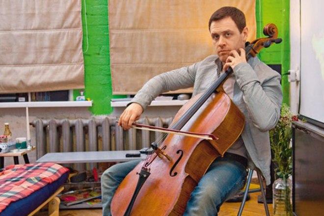 Иван Оганесян играет на виолончели