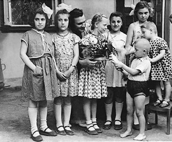 Маленькая Светлана Крючкова (с цветами в руках) с друзьями детства