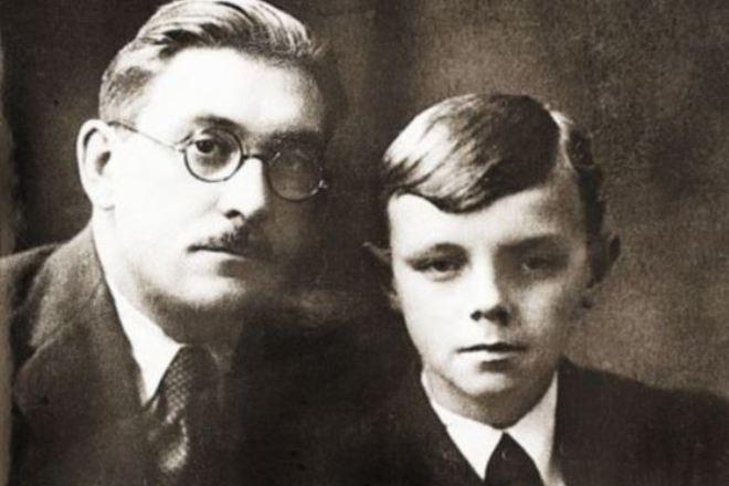 Кирилл Лавров в детстве с отцом