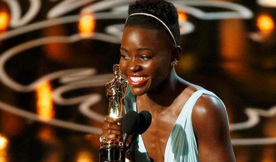 За роль темнокожей рабыни Люпита Нионго награждена «Оскаром»