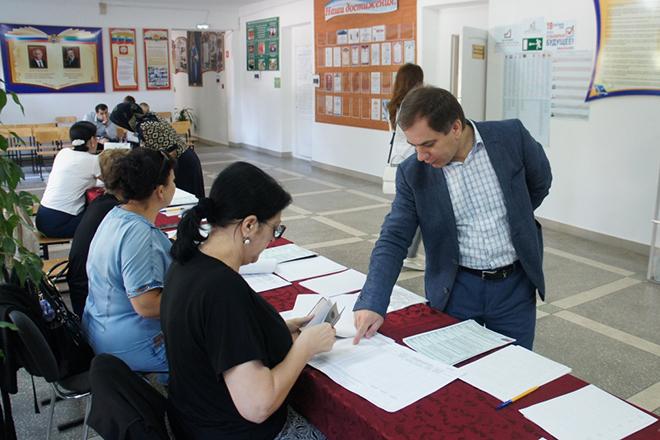 Раюдин Юсуфов на избирательном участке