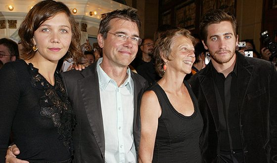 Мэгги Джилленхол с родителями и братом