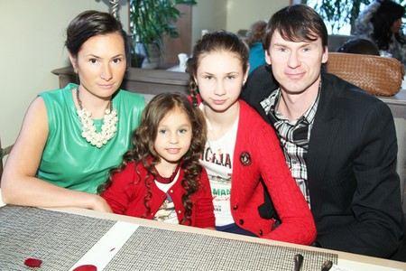 Футболист Егор Титов с женой Вероникой и дочерьми Анной и Ульяной