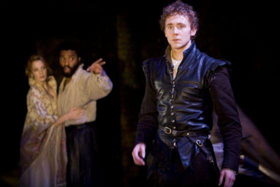 Том Хиддлстон в спектакле «Отелло»