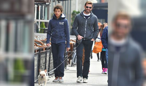 Хью Джекман с сыном на прогулке