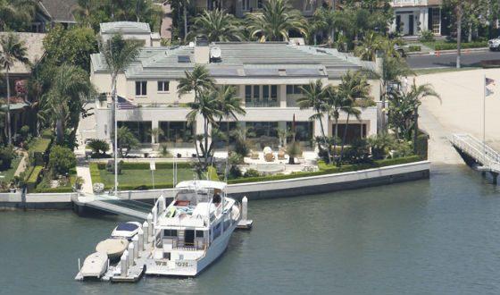 Одна из яхт и особняков актера
