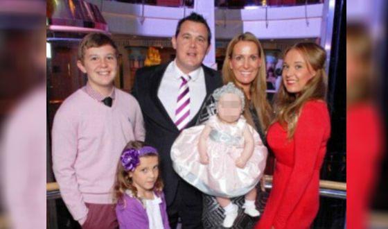 Милли Бобби Браун (внизу) с родителями, братом и сестрами