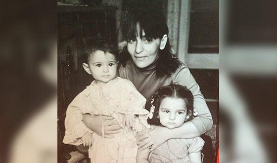 Теона Дольникова в детстве с мамой и сестрой