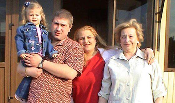 Катя Огонёк с мужем, дочкой и мамой