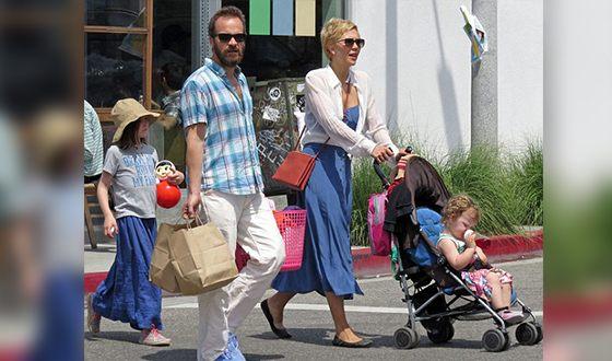 Мэгги Джилленхол с мужем и детьми